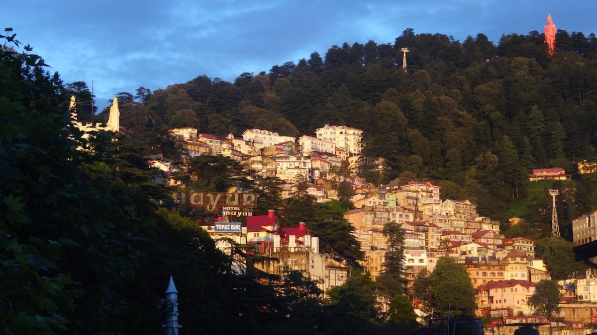 Shimla: w oddali nad miastem góruje Hanuman - to świątynia Jakhu