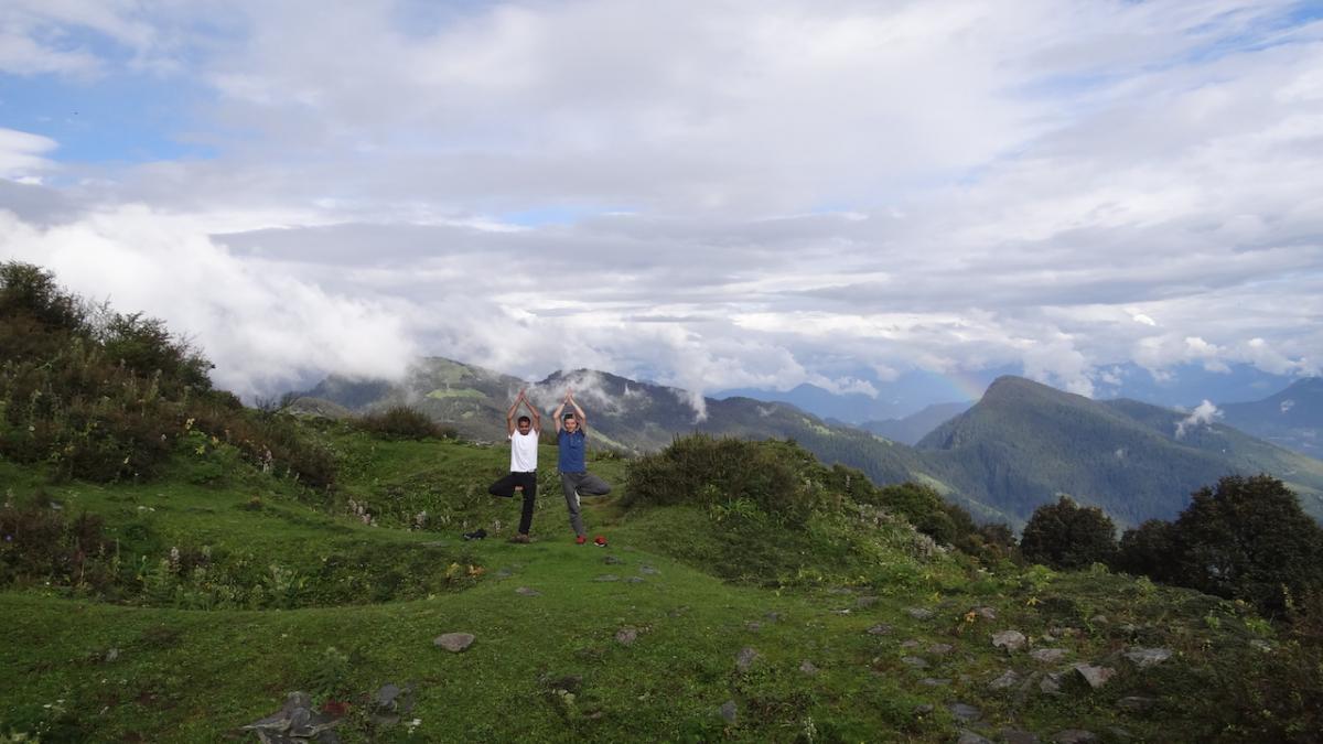 Joga na przełęczy - pozycja drzewa czyli vṛkṣāsana