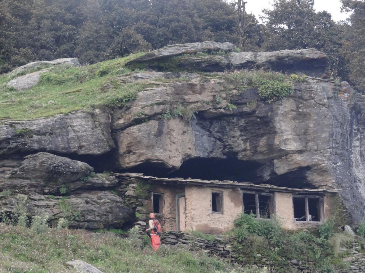 Gufānumā ghar, czyli dom wbudowany w zagłębienie skalne.