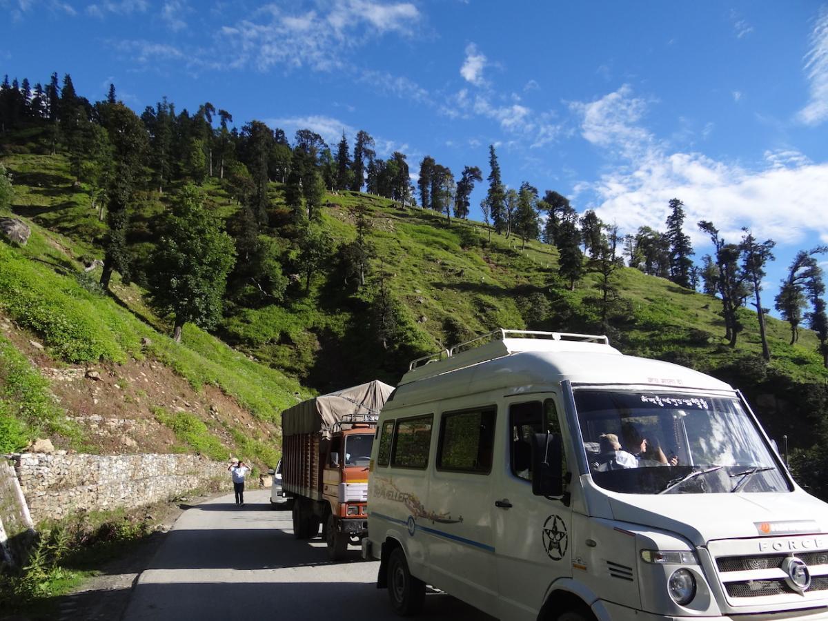 Samochody w drodze do Rohtang