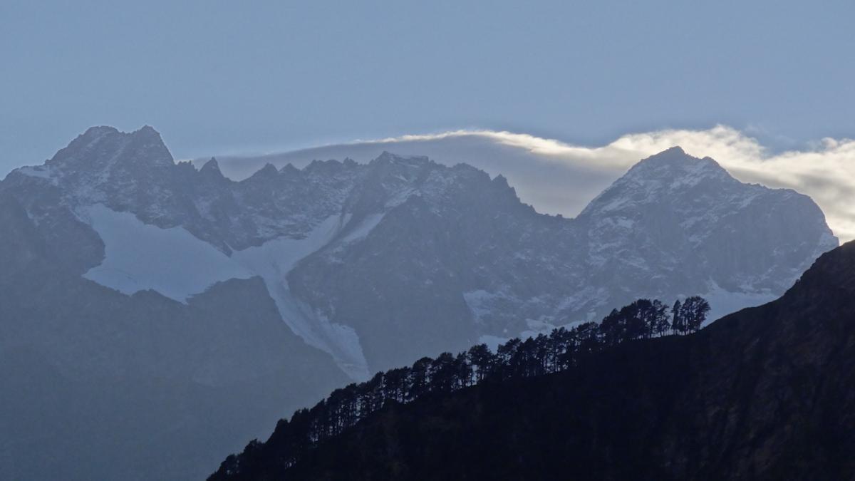 Góry przybierają barwę szaroniebieską