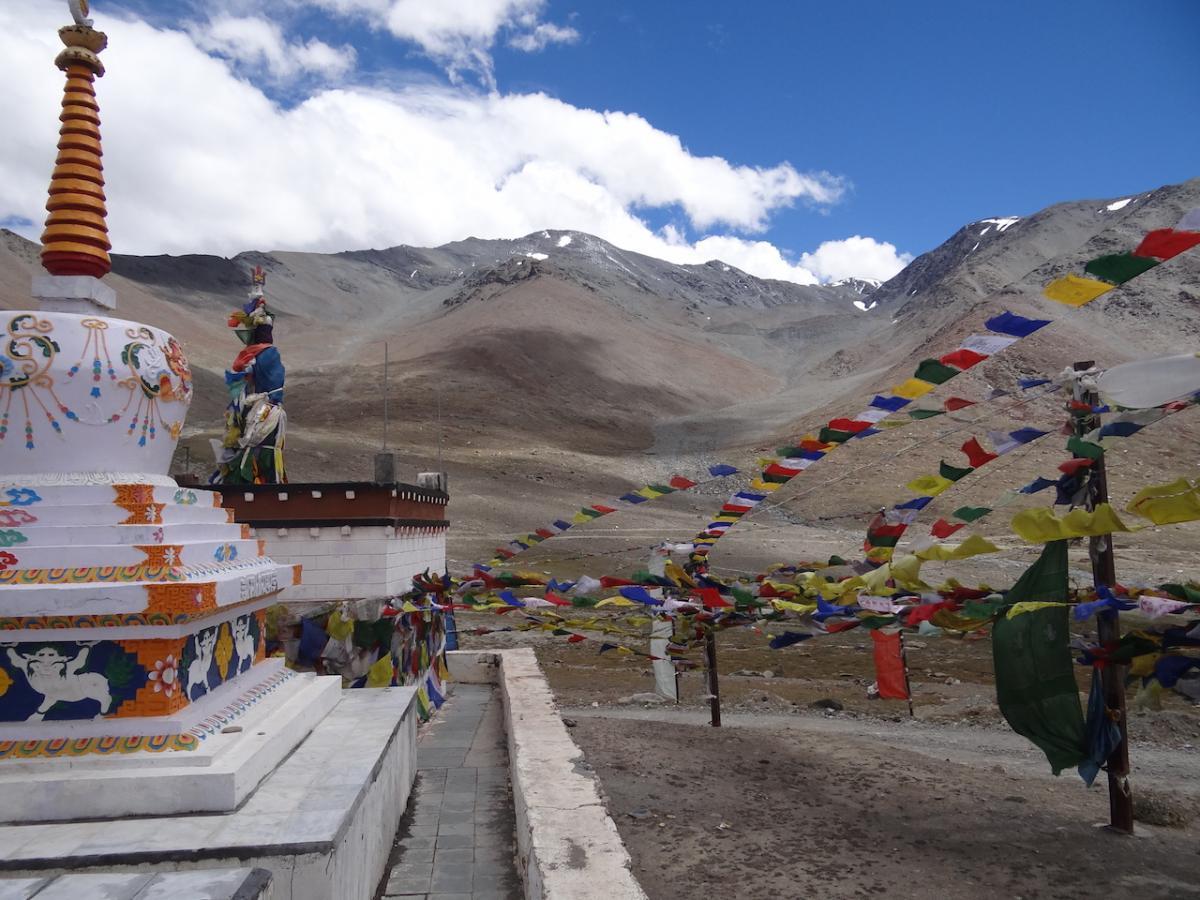 Przełęcz Kunzum (4551 m n.p.m.) i świątynia bogini Kunzum. Przełęcz ta łączy Lahaul i Spiti