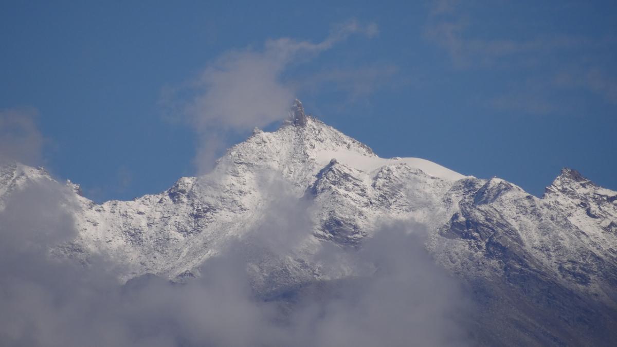 Widok z Sarahan: Śrikhand Mahadev (5227 m n.p.m.), druga święta Kajlasa, na której szczyt odbywają się pielgrzymki