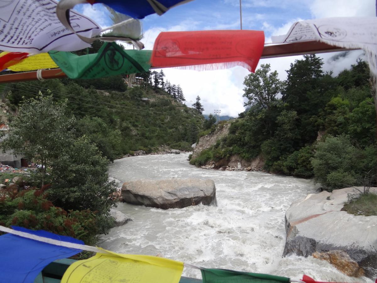 Przejście przez rzekę Baspę. Na mostach podobnie jak w Ladakhu i Tybecie wiesza się buddyjskie chorągwie