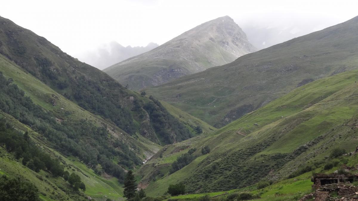 Tutaj droga wiedzie w kierunku przełęczy Rupin (Rupin Pass, 4880 m n.p.m.), a za nią - do Uttarakhandu. Tędy można w 3 dni dojść do Yamunotri.